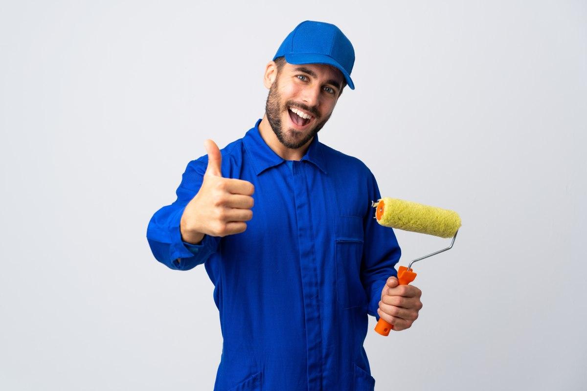 mężczyzna z wałkiem do malowania w dłoni